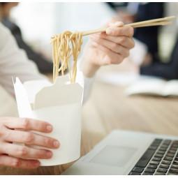Pot à pâtes et woks en carton blanc